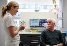 Tandarts in gesprek met patiënt 3 1024x1024 218x150 - Laatste nieuws