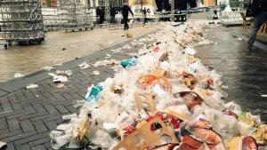 duizenden kilos rotzooi na koningsdag 300x169 - Voor mij hoeft het nie die plastic folie